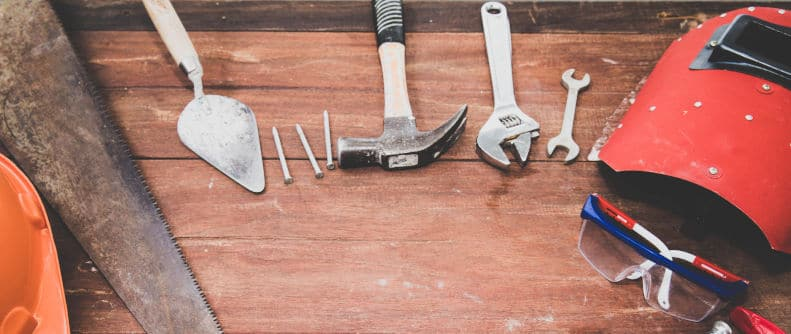 stół z narzędziami w warsztacie
